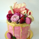 flowers-and-starwberries-drip-cake